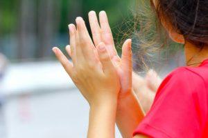 clapping young girl 33764 246 300x200 - 8 приемов для запоминания английских стихов с детьми